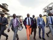 スーツを身にまとい颯爽と歩く「サプール」。こんなアフリカのビジネスマンの話・・・ではありませんが笑